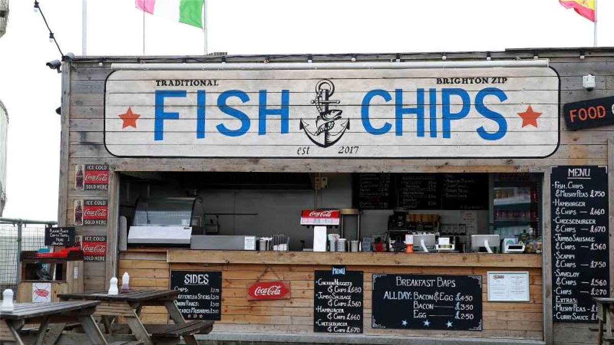Ein Fish-and-Chips-Stand am Strand von Brighton Beach. Foto: Adam Davy/PA Wire/dpa