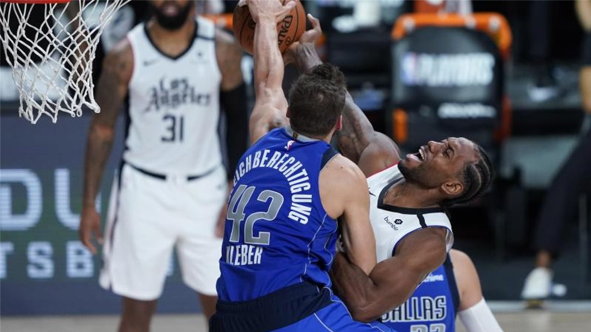 Maxi Kleber (l) von den Dallas Mavericks in Aktion gegen Kawhi Leonard von den Los Angeles Clippers. Foto: Ashley Landis/Pool AP/dpa