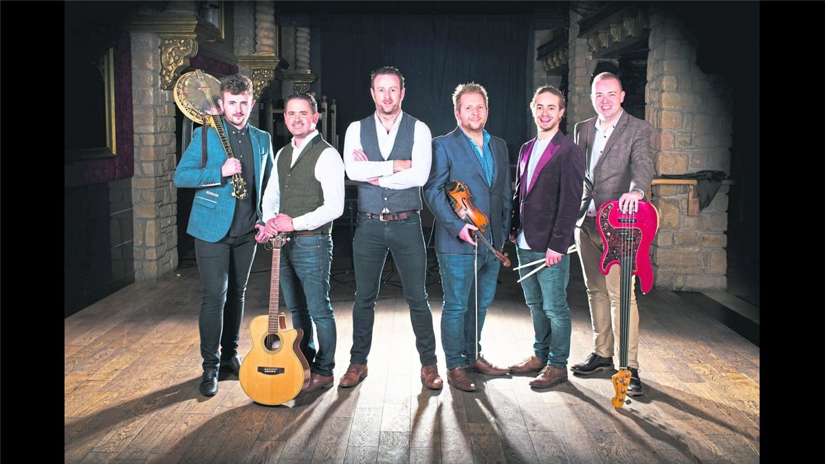"""The Whistlin' Donkeys"" reisen aus Irland an, um beim Irish Pub zu spielen. The Whistlin' Donkeys"